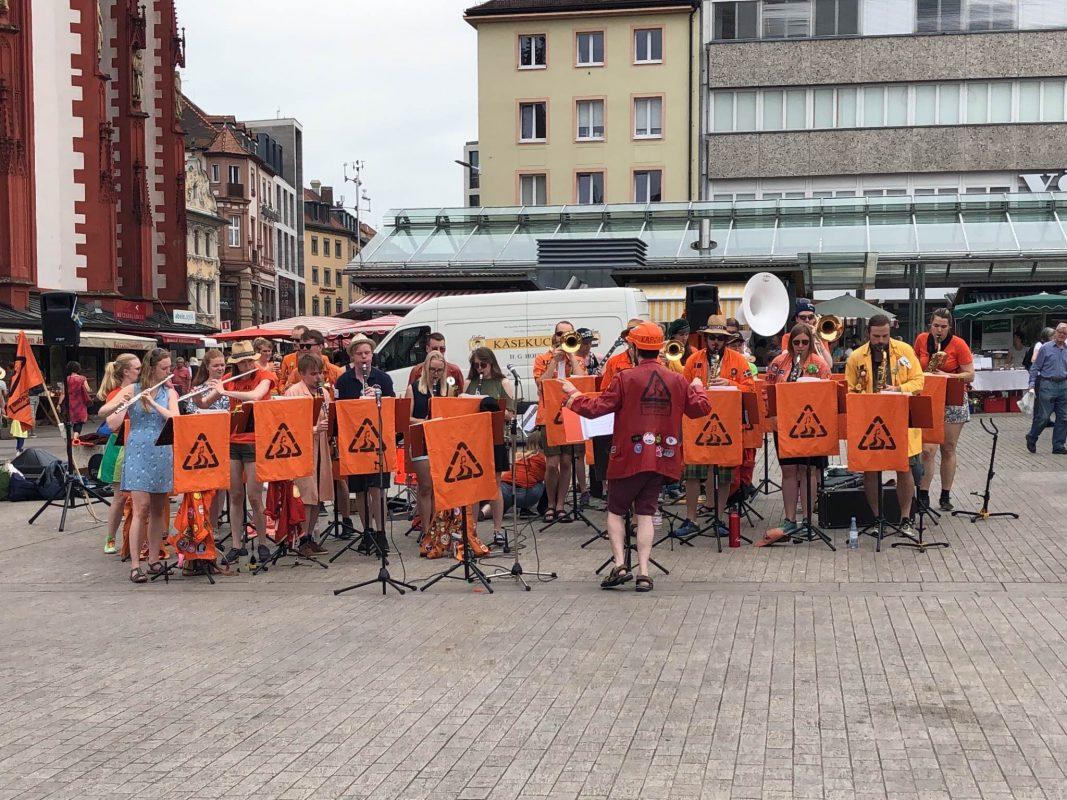 Das schwedische Studentenorchester aus Umeå nimmt jedes Jahr auf's Neue die 44-stündige Busreise nach Würzburg auf sich. Foto: Annika Betz.