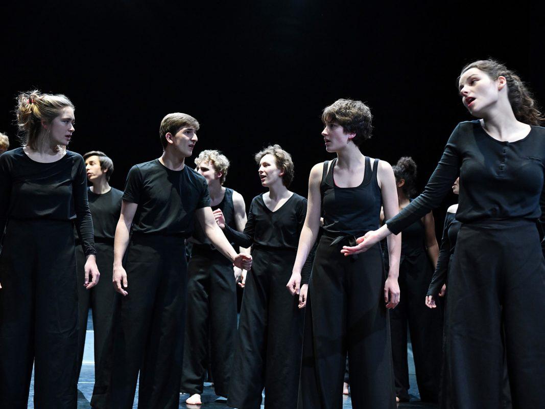 """Szenenfoto aus der Performance """"Schwarz auf Weiß"""", die am 09.11.2018 Premiere feierte. Foto: Volker Beushausen"""