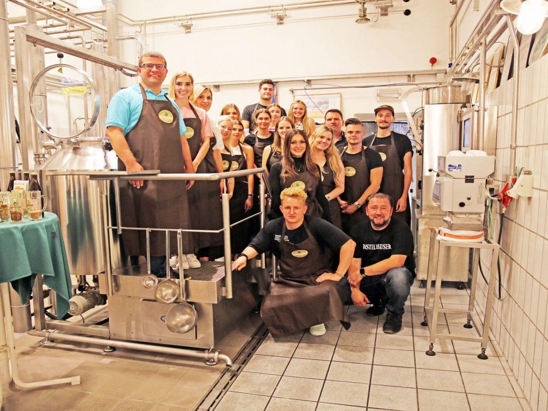 Foto zu PM. Professor Dr. Markus Besenbeck (li.) mit Studierenden des Studiengangs Betriebswirtschaft, die den Brauprozess ihres Bieres begleiteten. Foto: Malte Schroth