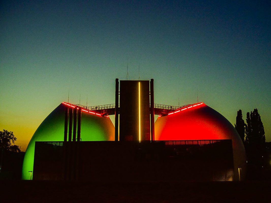 Die neu beleuchteten Faultürme der Kläranlage in der Zellerau. Foto: Pascal Höfig