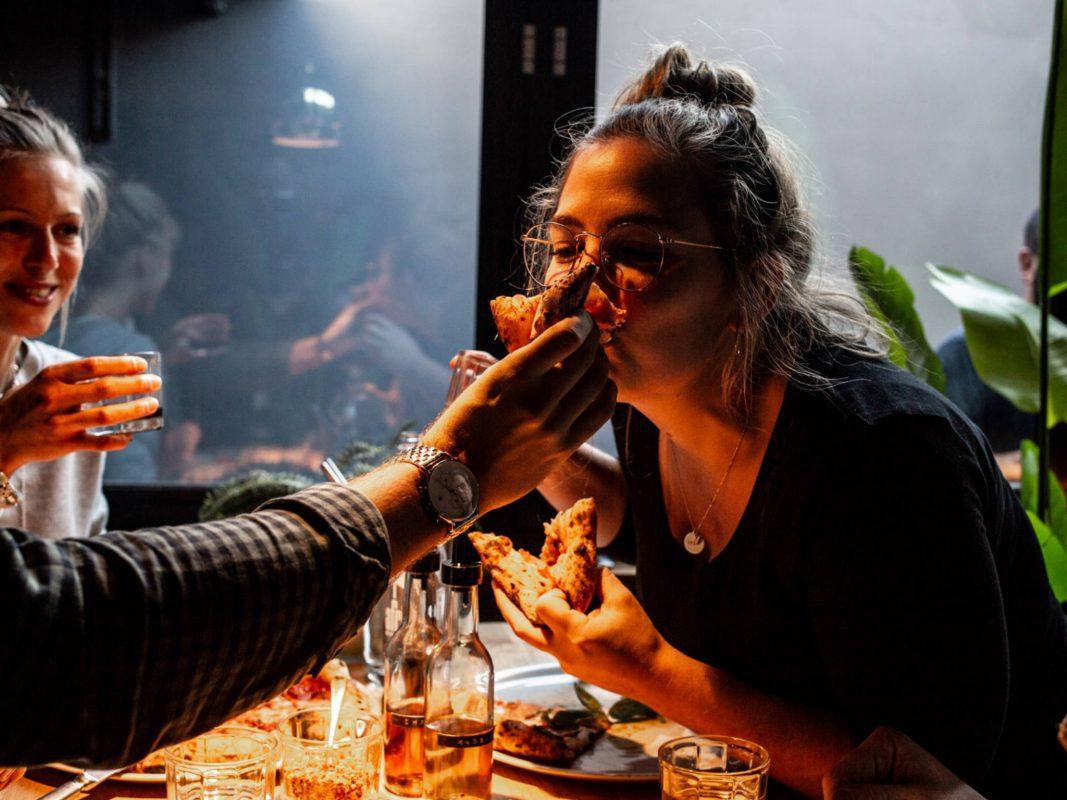 Genuss pur beim Pizza essen mit Freunden. Foto: MariaMaria Würzburg