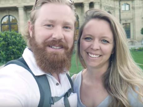Die Youtuber Andrew und Chelsea Smith aus San Diego besuchten das Weindorf in Würzburg. Foto: Screenshot Youtube Andre Smith