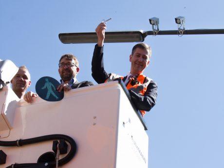 Ein erster Detektor, der nun in der Grombühlstraße Verkehrsdaten für das UVM sammelt, ist verschraubt. Foto: Georg Wagenbrenner