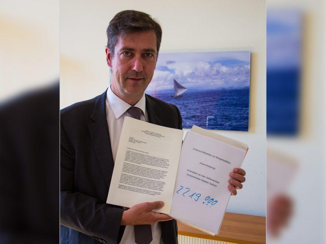 Unterschriften Bürger-Petition Über 2200 Unterschriften: Oberbürgermeister Christian Schuchardt in seinem Amtszimmer Foto: Georg Wagenbrenner