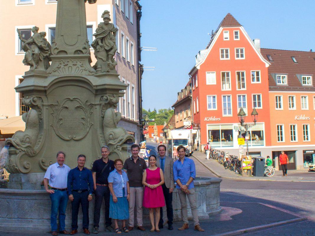 Beliebter Treffpunkt zwischen Alter Mainbrücke, Rathaus, Domstraße und Augustinerstraße. Der Vierröhrenbrunnen lädt nach umfassender Sanierung mehr denn je zum Verweilen ein. Bild: Georg Wagenbrenner