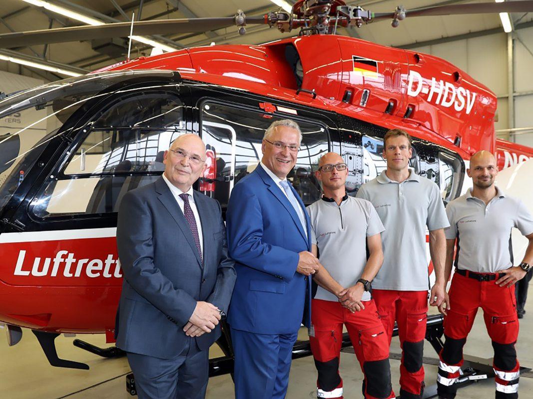 Innenminister Herrmann mit Dr. Peter Huber, Vorstand der DRF Luftrettung und Rettungskräften. Foto: Sammy Minkoff/Stmi
