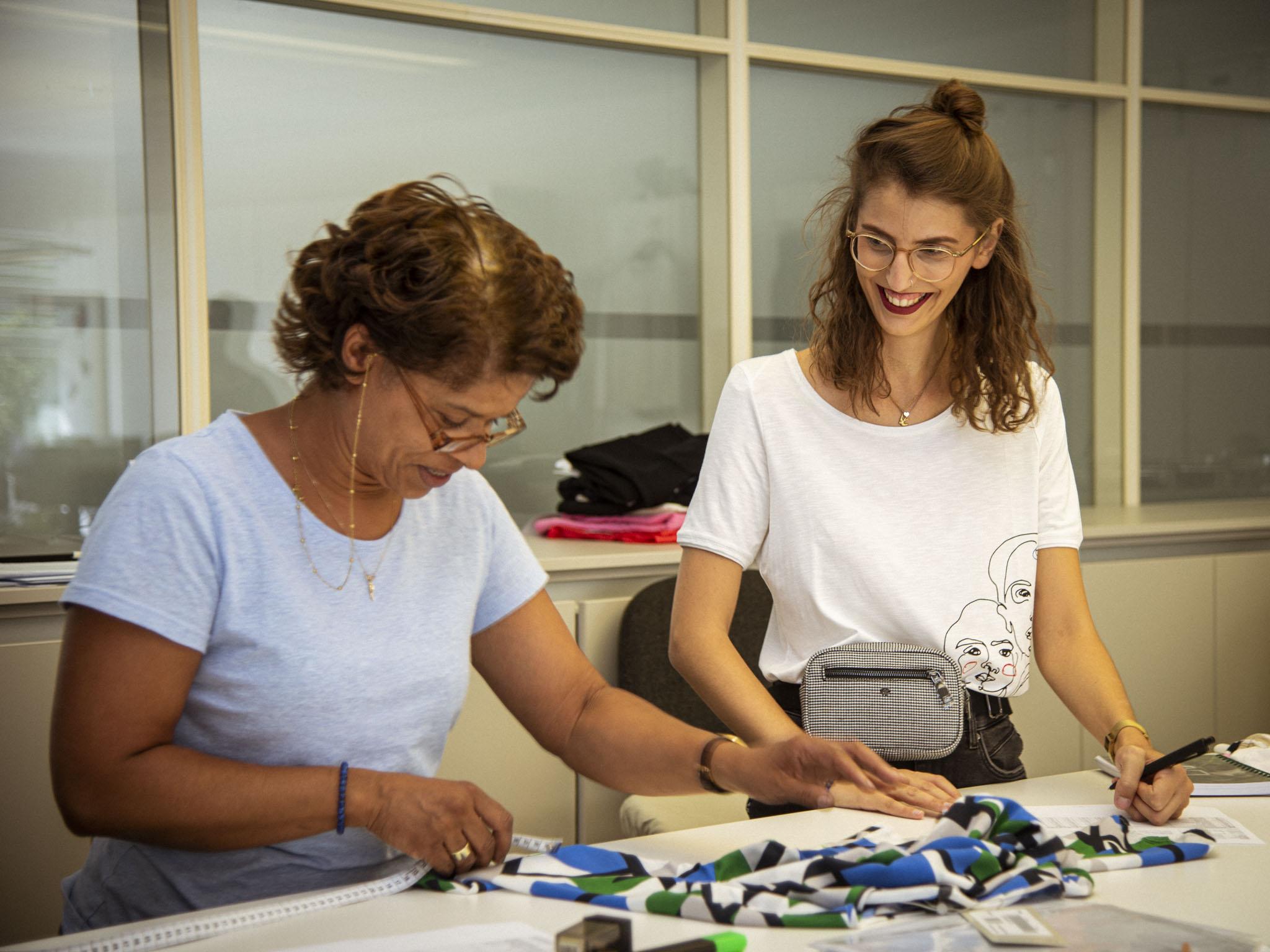 Anna-Maria ist Bekleidungstechnikerin bei comma CI. Foto: Dominik Ziegler