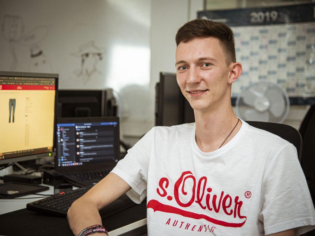 Pascal an seinem Arbeitsplatz in der IT. Foto: Dominik Ziegler