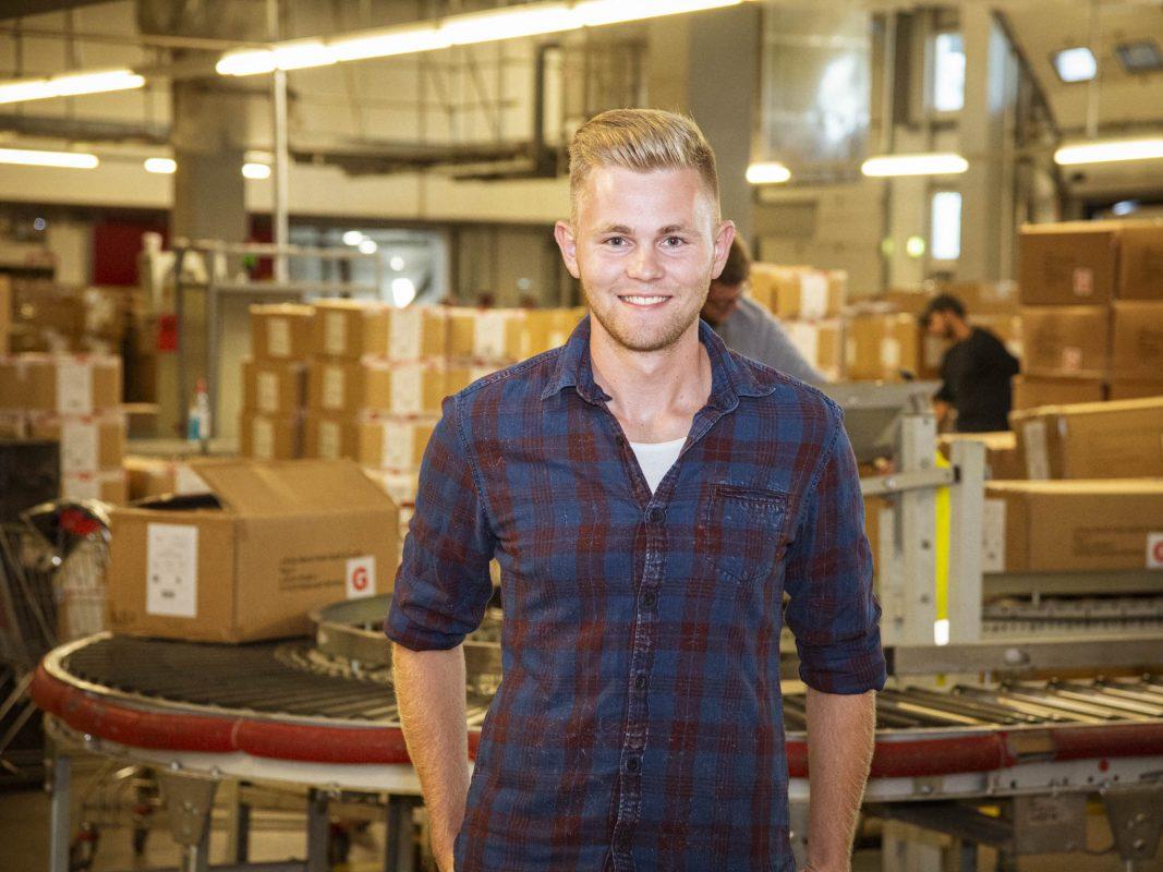 Julian lernt als Kaufmann für Groß- und Außenhandel. Foto: Dominik Ziegler