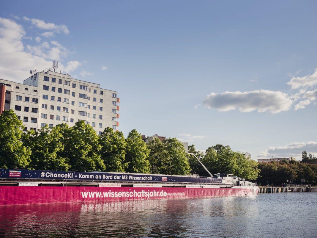 Die MS Wissenschaft ist ein ehemaliges Güterfrachtschiff. In diesem Jahr steuert sie mit einer Mitmach-Ausstellung zu künstlicher Intelligenz 27 Städte in Deutschland an – von Berlin bis Würzburg. Foto: Ilja Hendel/WiD