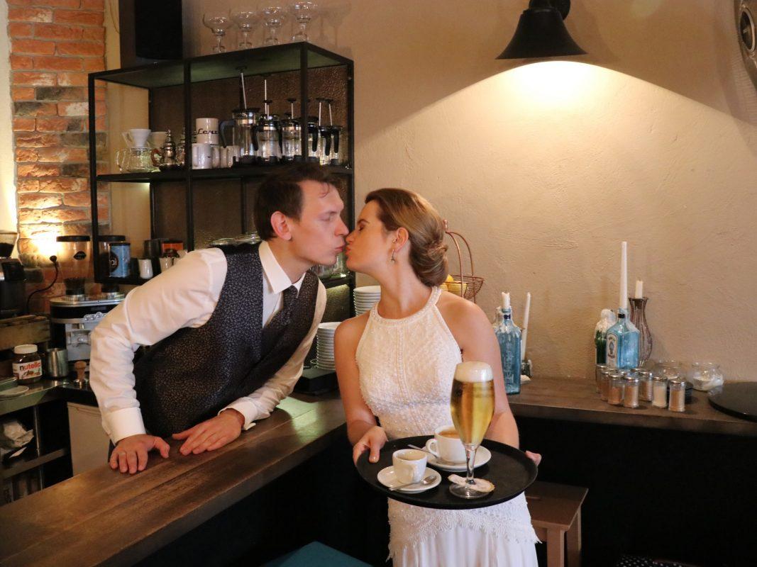 Das frisch vermählte Paar Christina und Marco im Café Lenz. Foto: Wolfgang Brinschwitz