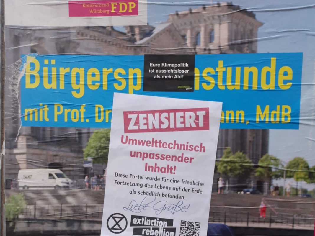 Überklebtes Parteiplakat der FDP. Foto: Henri Weber