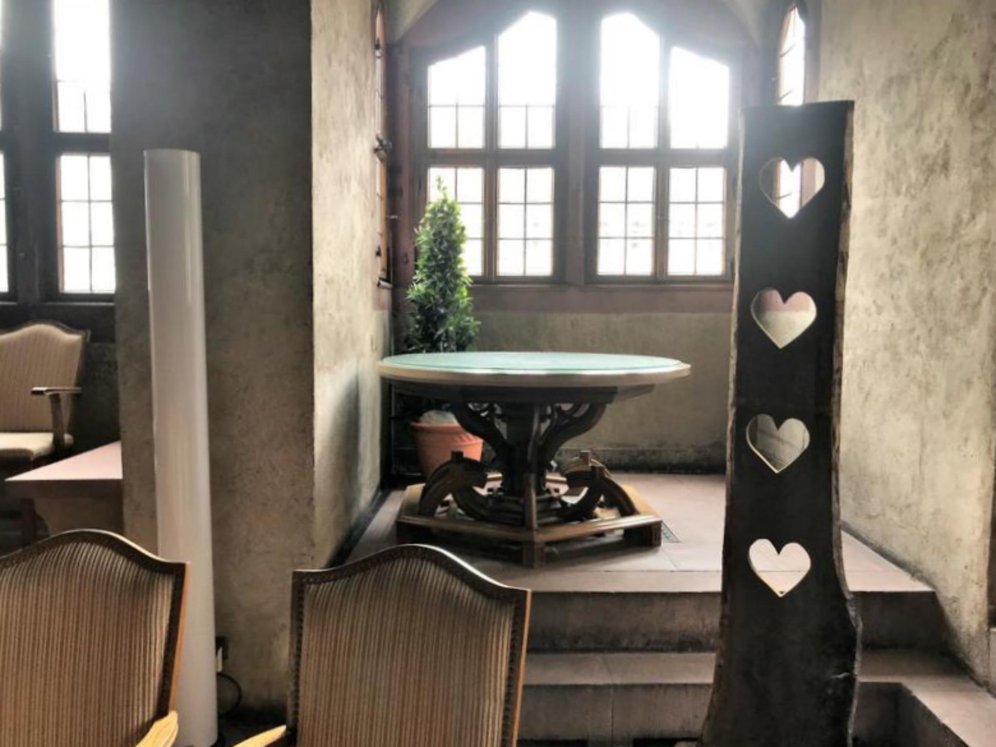 Der Würzburger Tisch von Riemenschneider hat seinen Nischenplatz im Wenzelsaal. Foto: Willi Dürrnagel