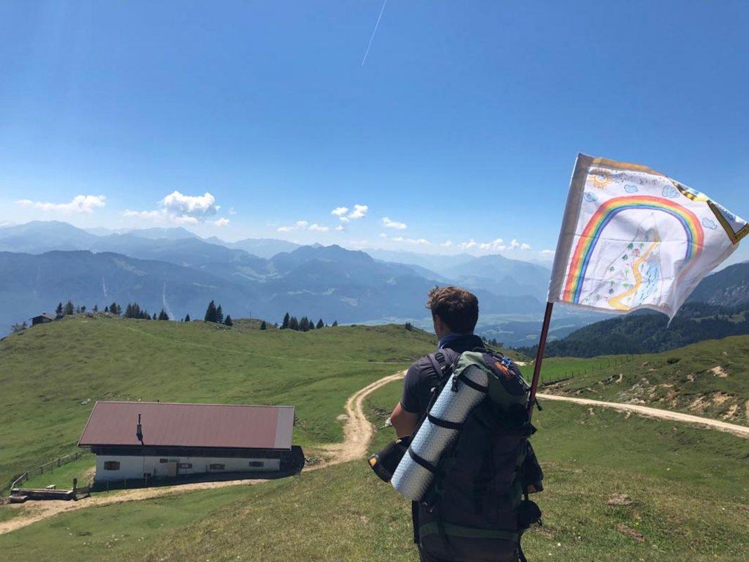 Wandern für den guten Zweck: Sergej beklimmt für die Kinder der Regenbogenstation die Gipfel des Adlerwegs. Foto: Sergej Deines