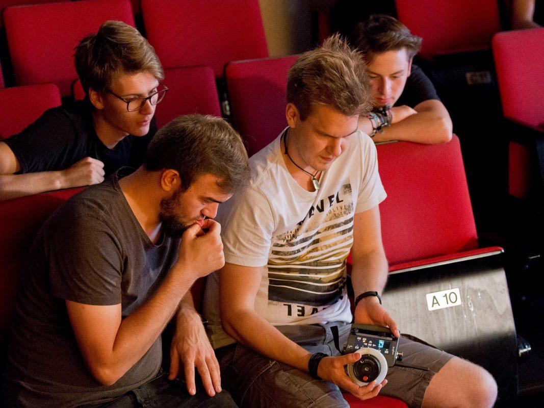 Ein rund 30-köpfiges Team aus Würzburg realisierte das Kurzfilmprojekt. Foto: Kim Hertinger.