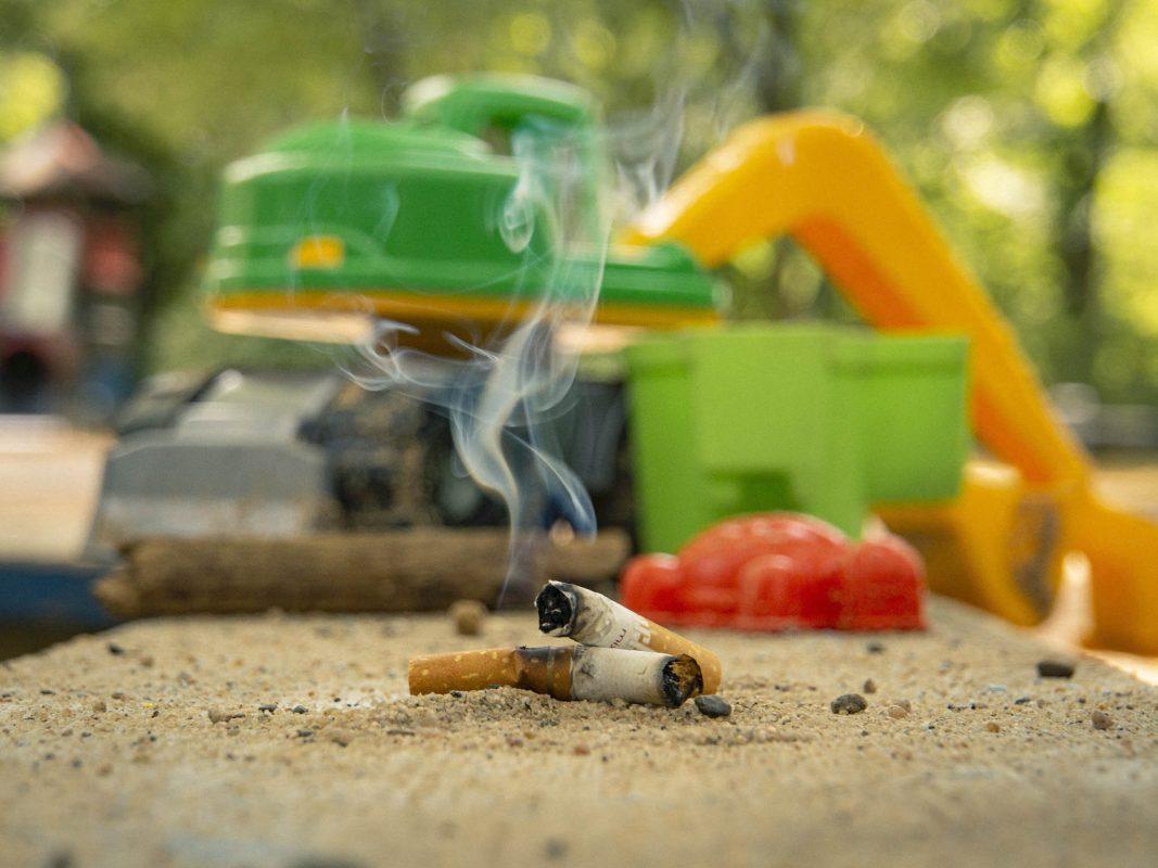 Symbolfoto Rauchen auf dem Spielplatz. Foto: Dominik Ziegler