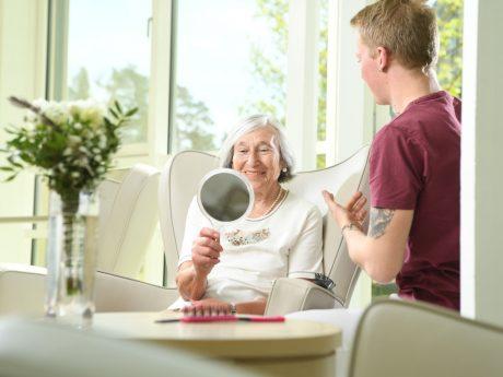 Als Altenpfleger und Altenpflegehelfer unterstützt man Senioren in Tätigkeiten des täglichen Lebens. Foto: Daniel Peter.