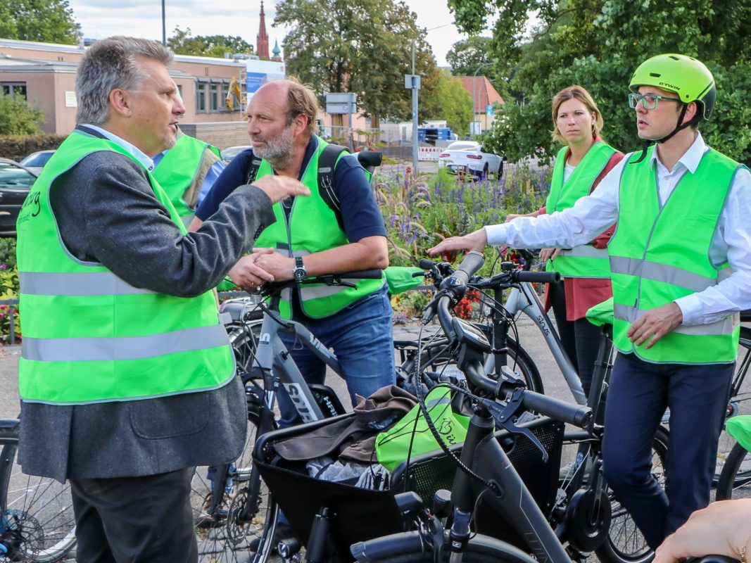 Die Jury mit Baudirektor Johannes Ziegler (links) und dem städtischen Radverkehrsbeauftragten Adrien Cochet-Weinandt (rechts). Foto: Christian Weiß