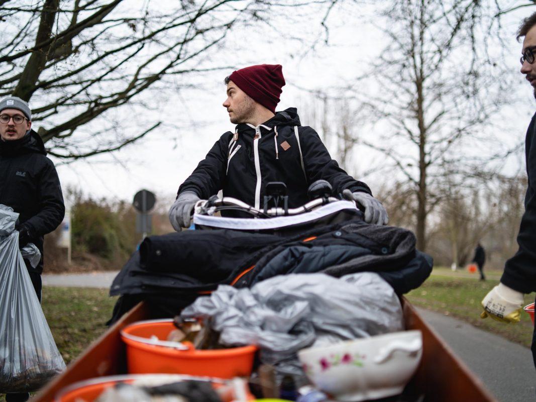 Die Band Devil May Care widmet sich auch der Ufersäuberung am Main. Foto: Georg Hoos