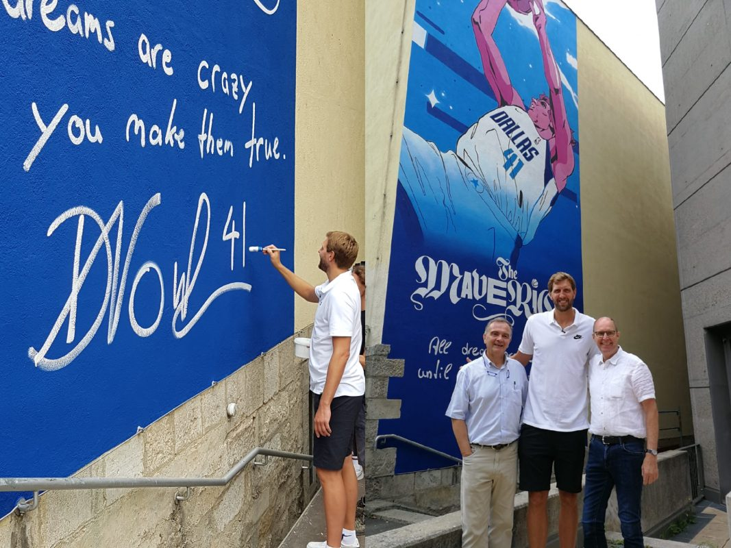Dirk Nowitzki beim signieren des Wandbildes und mit Schulleiter Klauspeter Schmidt und Nikolaus Weber, Mitarbeiter Schulleitung. Foto Nikolaus Weber