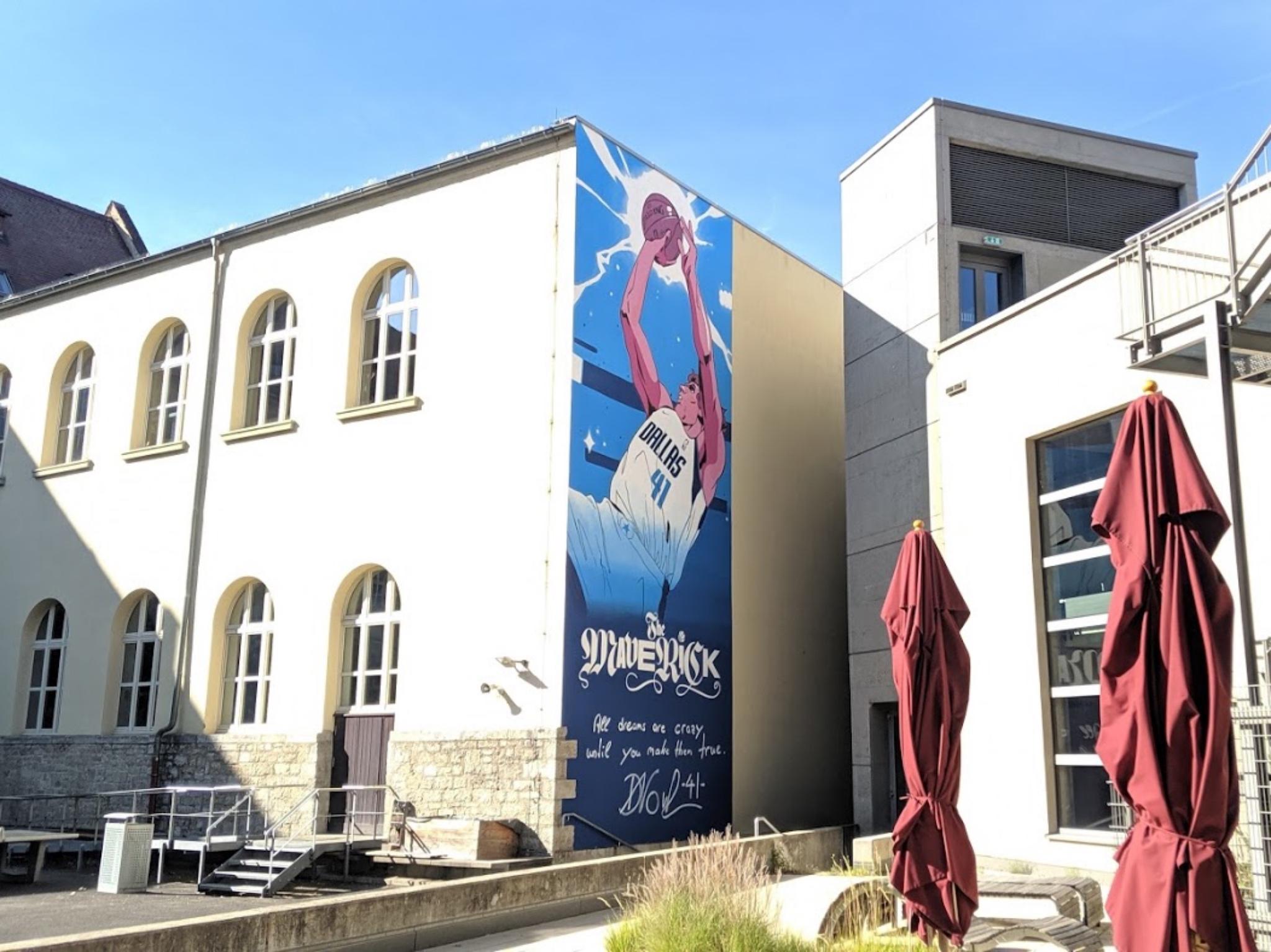 Die Turnhalle des Röntgen-Gymnasiums ziert nun ein Wandgemälde mit Dirk Nowitzki darauf. Foto: CJP