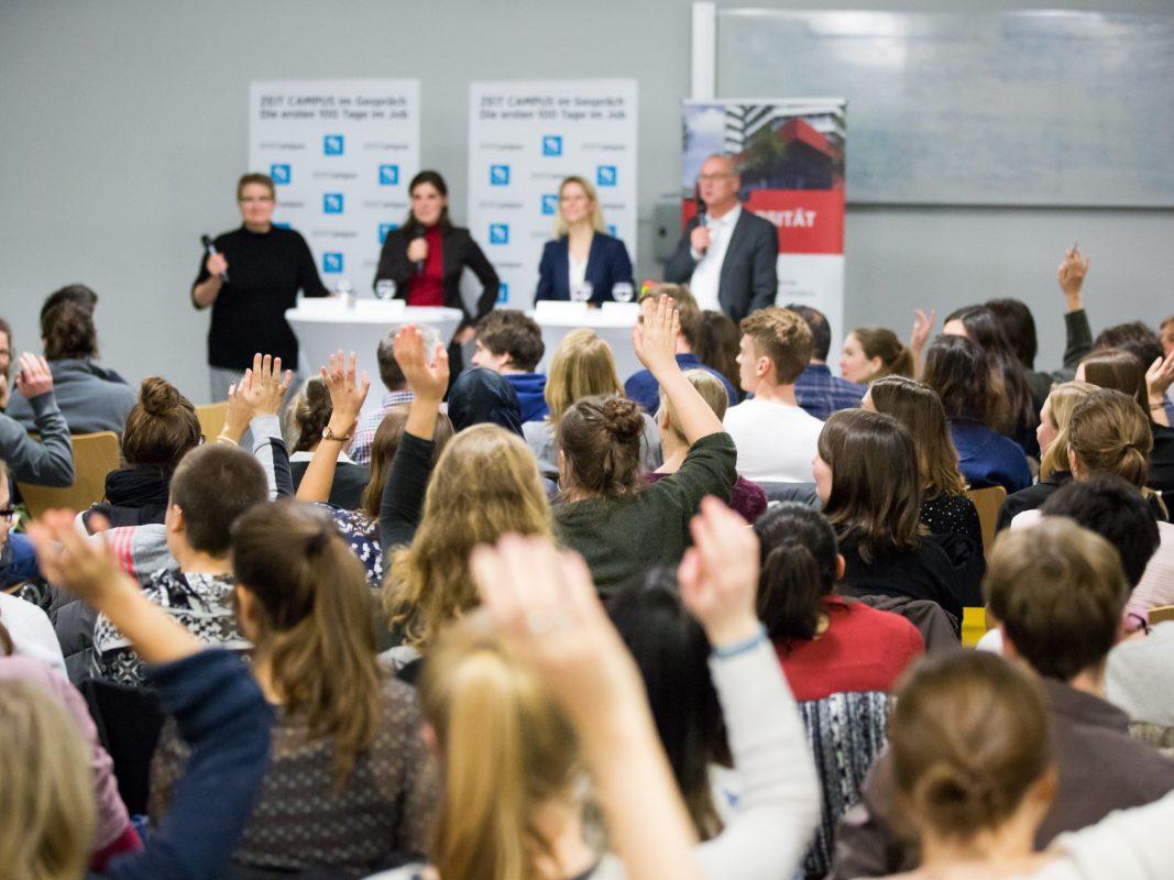 Bei der ZEIT CAMPUS Veranstaltung rund um die Themen Berufseinstieg, Orientierung und Bewerbung informieren. Foto: Andreas Henn / ZEIT CAMPUS