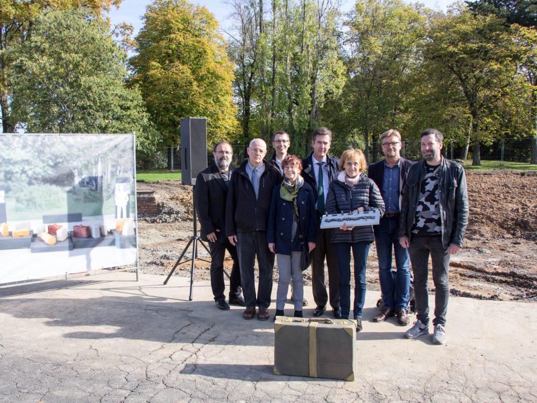 Der DenkOrt Deportationen nimmt Formen an. Auf dem Foto ist bereits ein fertiggestelltes Gepäckstück zu sehen, das Schüler aus Veitshöchheim fertigten. Foto: Claudia Lother