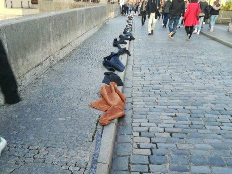 Kleiderkette auf der alten Mainbrücke. Foto: Jessica Hänse