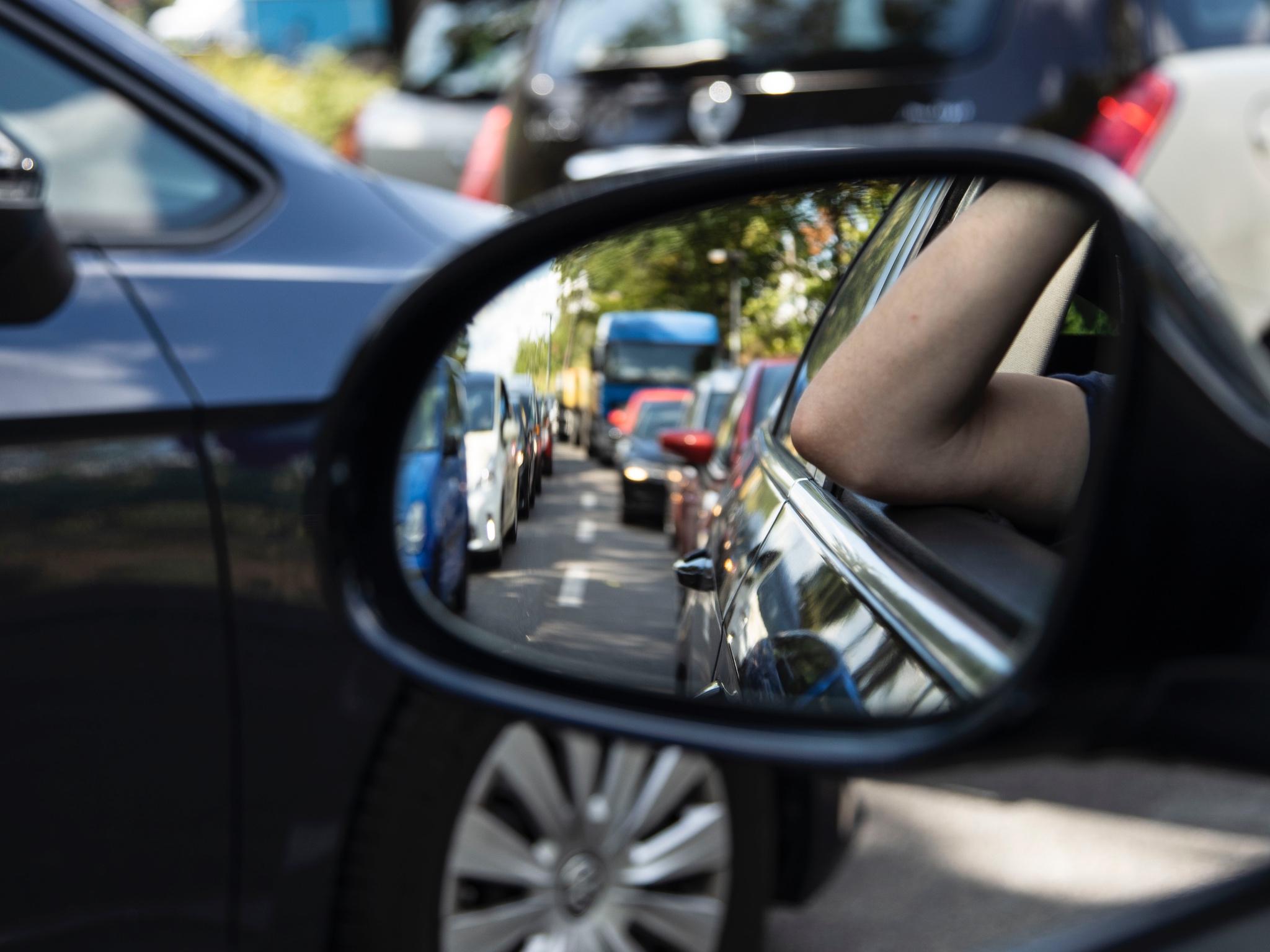 Frust im Stau: Immer mehr Beschäftigte haben weite Wege zur Arbeit. Foto: IG BAU