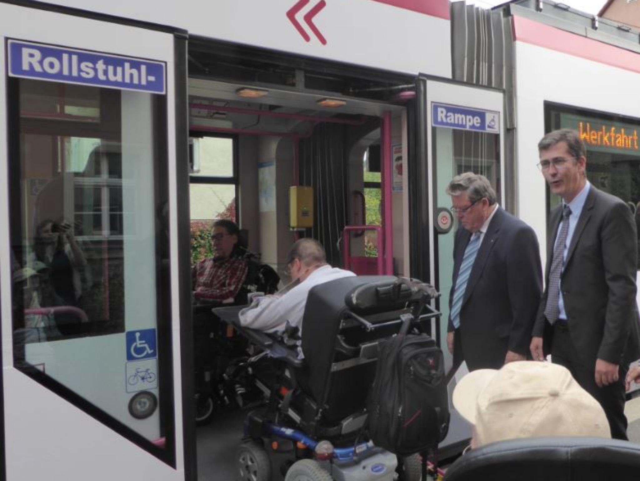 Neue Rollstuhl-Rampen an Würzburgs Strabas. Foto. WVV