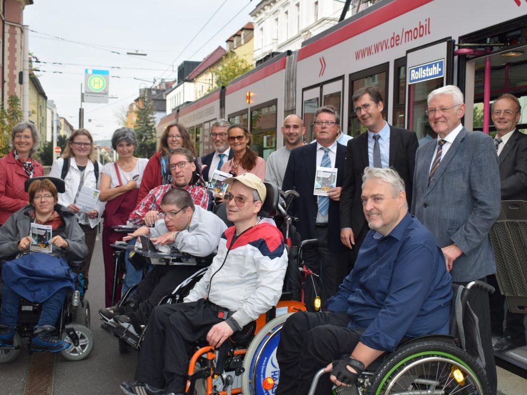 Neue Rollstuhl-Rampen an Würzburgs Strabas vorgestellt. Foto. WVV