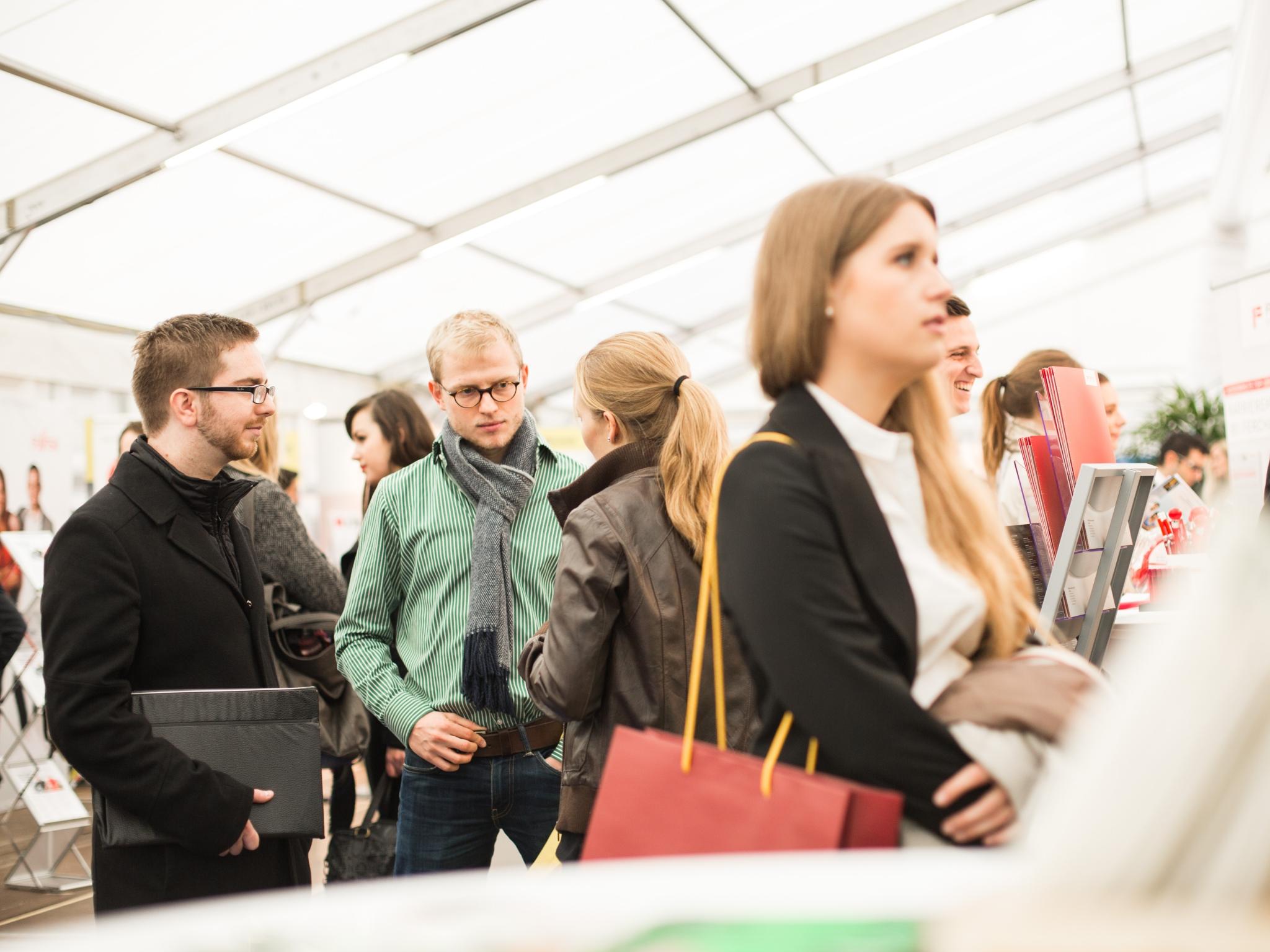Auf der Jobmesse study&stay bauen Unternehmen ihre Stände auf und freuen sich über zahlreiche Interessenten. Foto: Universität Würzburg GmbH