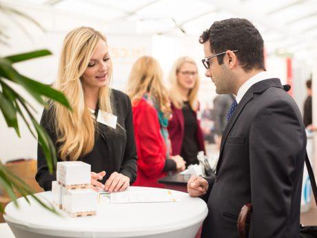 Auf der study&stay Messe haben Studierende die Chance, sich mit potenziellen Arbeitgebern auszutauschen. Foto: Universität Würzburg GmbH