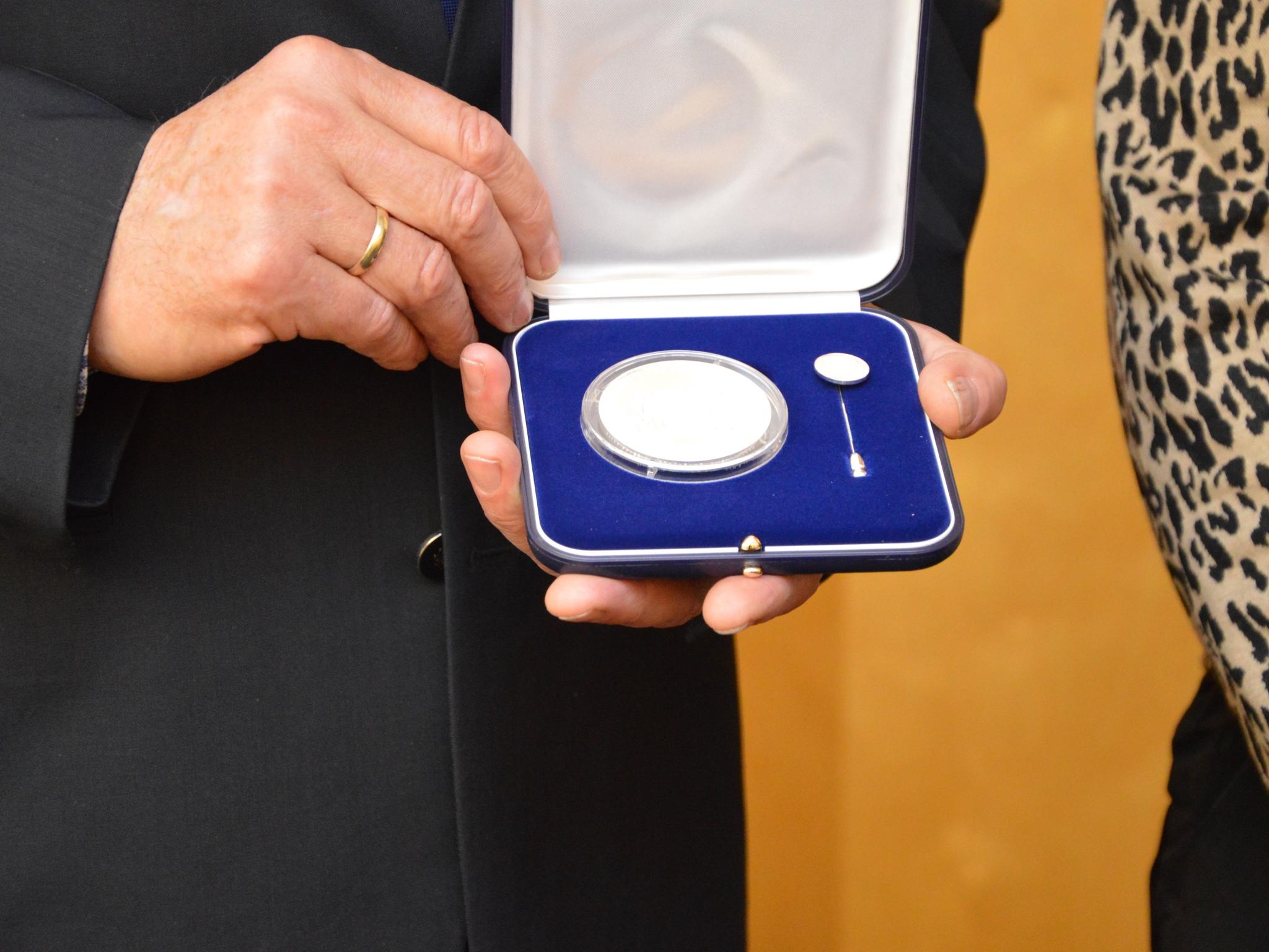 Iris Kaufmann erhält eine Medaille für Verdienste um die Innere Sicherheit. Foto: Polizei