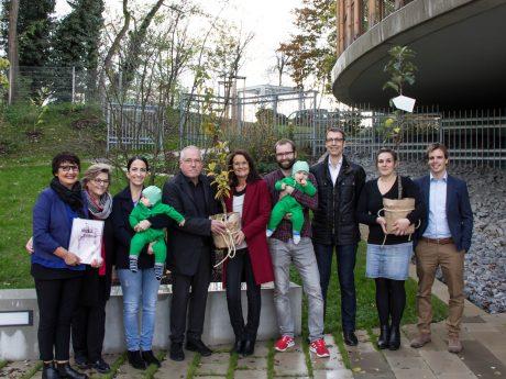 Grün ist auf diesem Foto eindeutig die wichtigste Farbe: Die Zwillinge Leopold und Fritz März erhielten zur Geburt einen Apfelbaum und eine Mispel als Geschenk der Stadt Würzburg. Foto: Claudia Lother