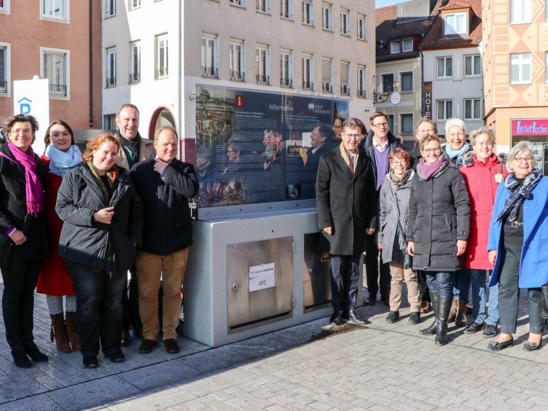 Einweihung der Stele am Würzburger Marktplatz. Foto: Christian Weiß