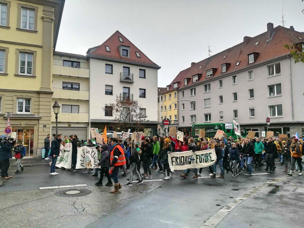Etwa 4.000 Teilnehmer in Würzburg beim 4. globalen Klimastreik von Fridays for Future. Foto: Jessica Hänse