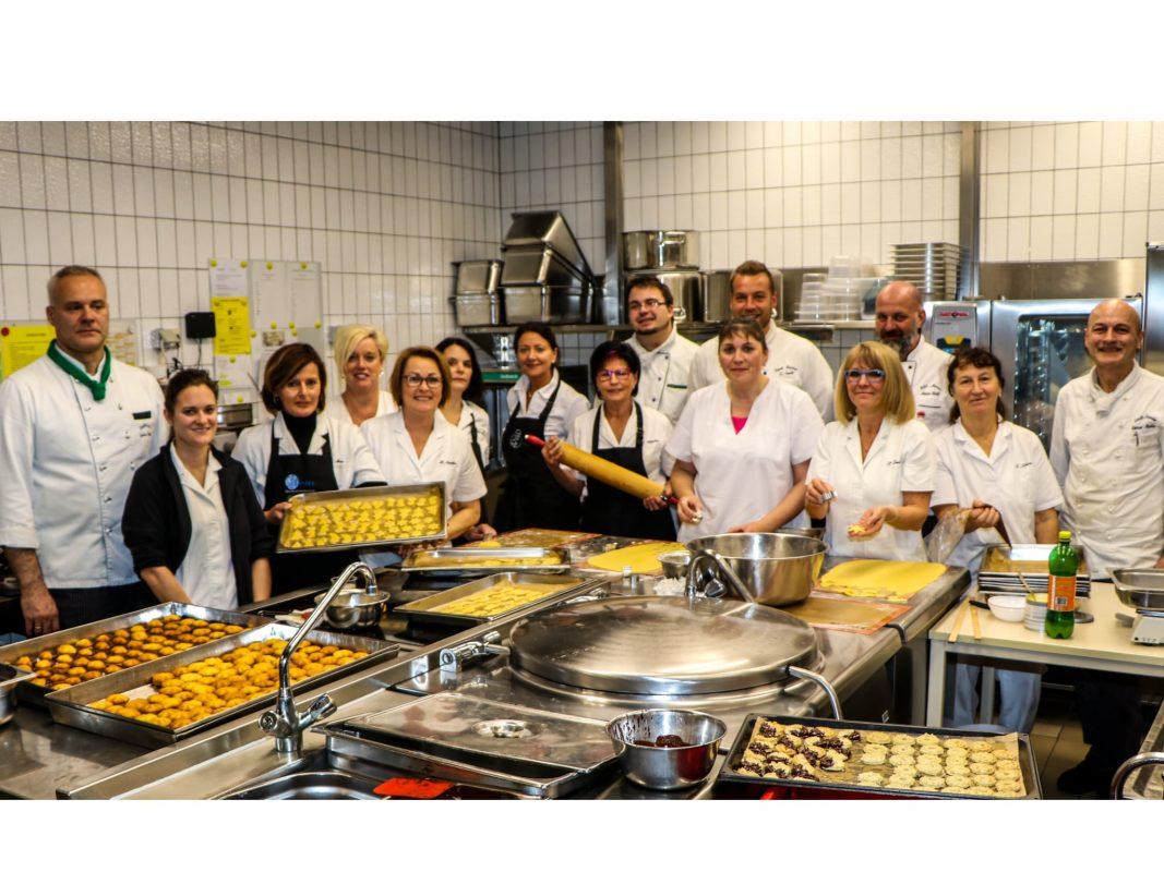 Städtisches Kasino wird zur Weihnachtsbäckerei: Das Team um Guido Keupp bei der Plätzchenproduktion. Foto: Georg Wagenbrenner
