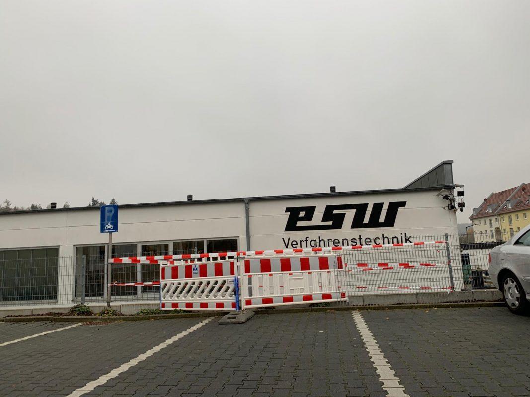Ein PKW durchbrach einen Eisenzaun auf einem Parkplatz in Lengfeld. Foto: Würzburg erleben