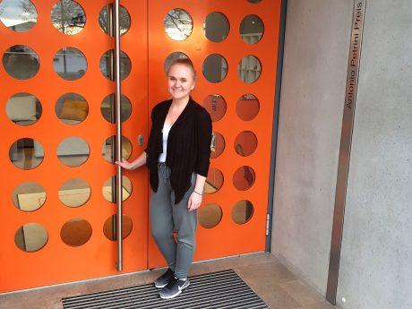 Karolina fühlt sich wohl und gut aufgehoben bei der büroforum planen und einrichten GmbH. Foto: Nadja Rabinowitsch