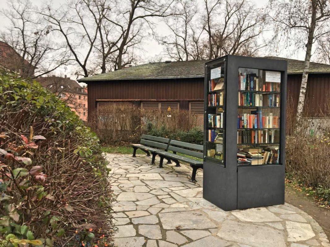 Am Wagnerplatz gibt es nun einen offenen Bücherschrank. Foto: Caroline Baumann