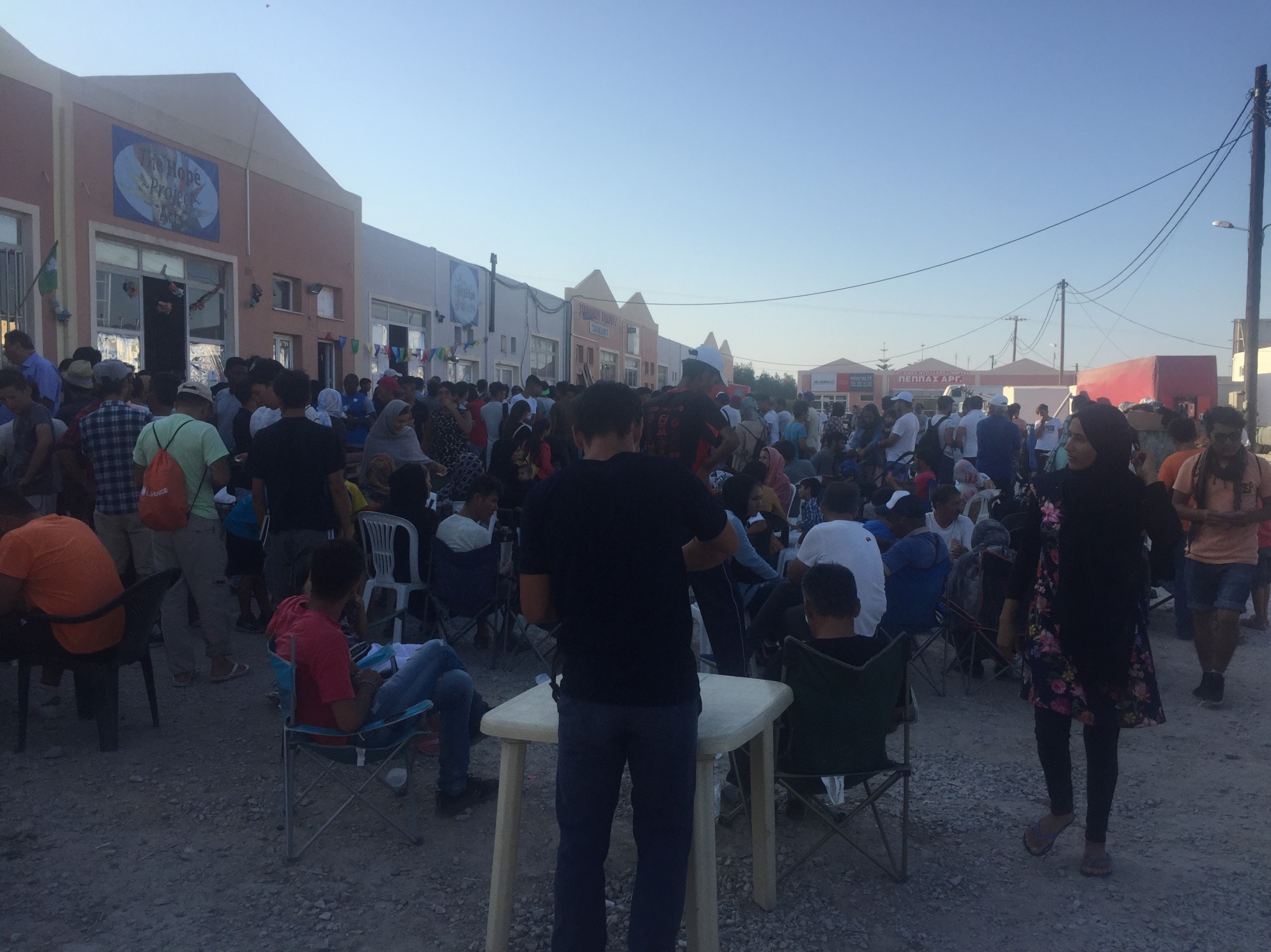 1.100 Gäste beim Essen auf Lesbos. Foto: Massimo Moretti/ Angelika Wagner