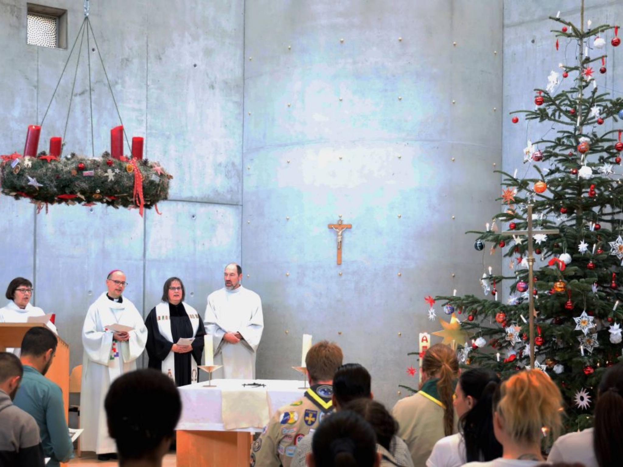 Bischof Jung beim Gottesdienst mit den Gefangenen in der JVA. Foto: Markus Hauck/POW