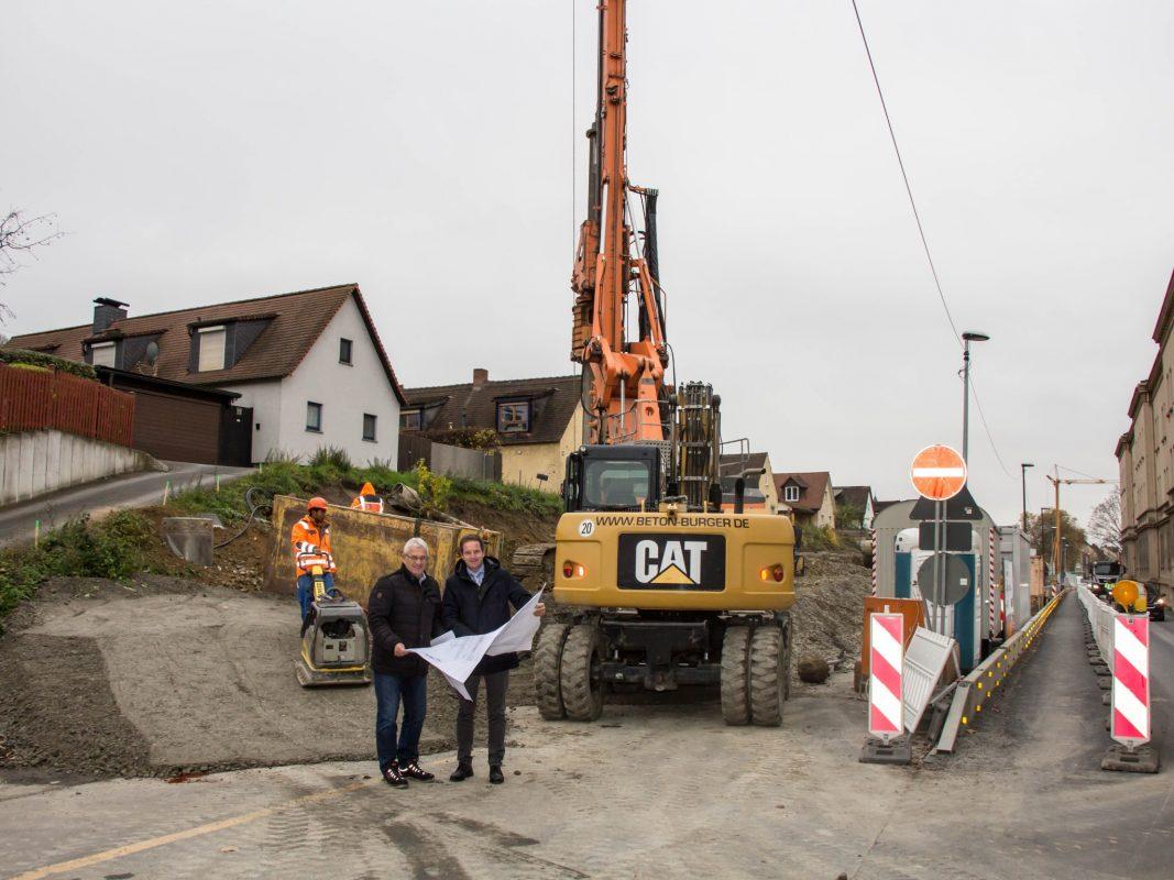 Stadtbaurat Benjamin Schneider (re.) und Tiefbau-Chef Jörg Roth überprüfen Pläne und Bauarbeiten in der Nürnberger Straße. Foto: Claudia Lother