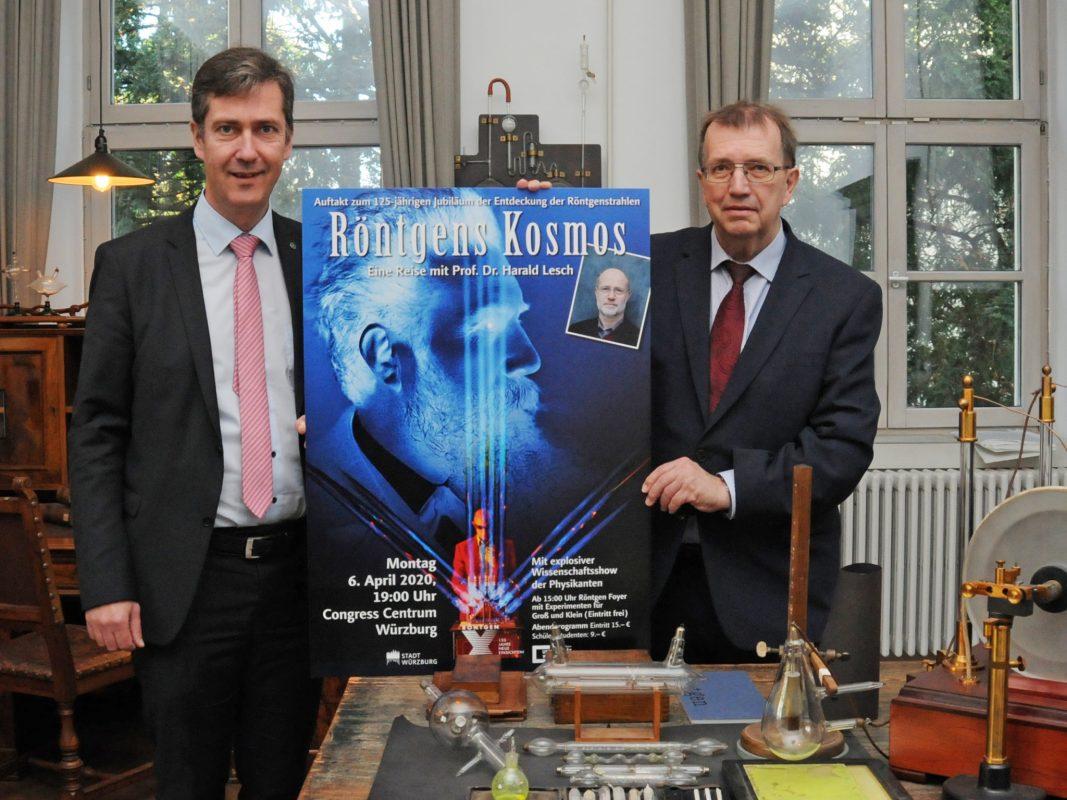 Christian Schuchardt (links) und Universitätspräsident Alfred Forchel präsentieren Plakat, das für Auftaktveranstaltung zum Röntgenjahr 2020 wirbt. Foto: Robert Emmerich