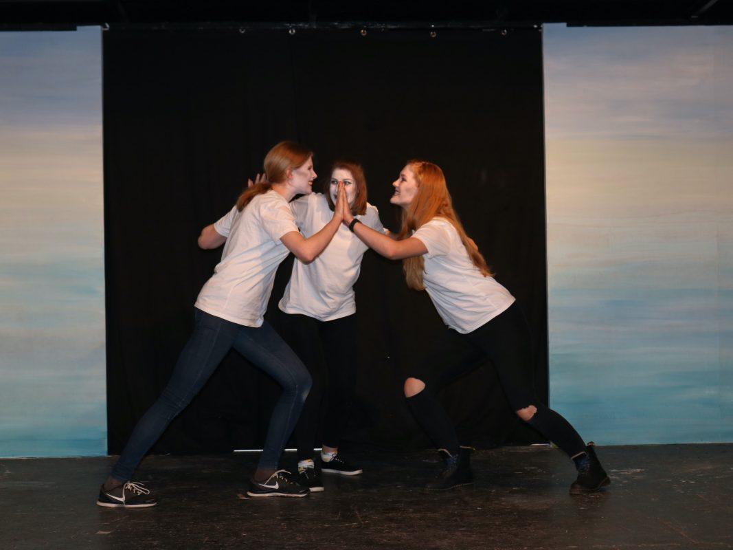 Drei Mitglieder der KHG Theater-Gruppe beim Proben. Foto: Pauline Langguth