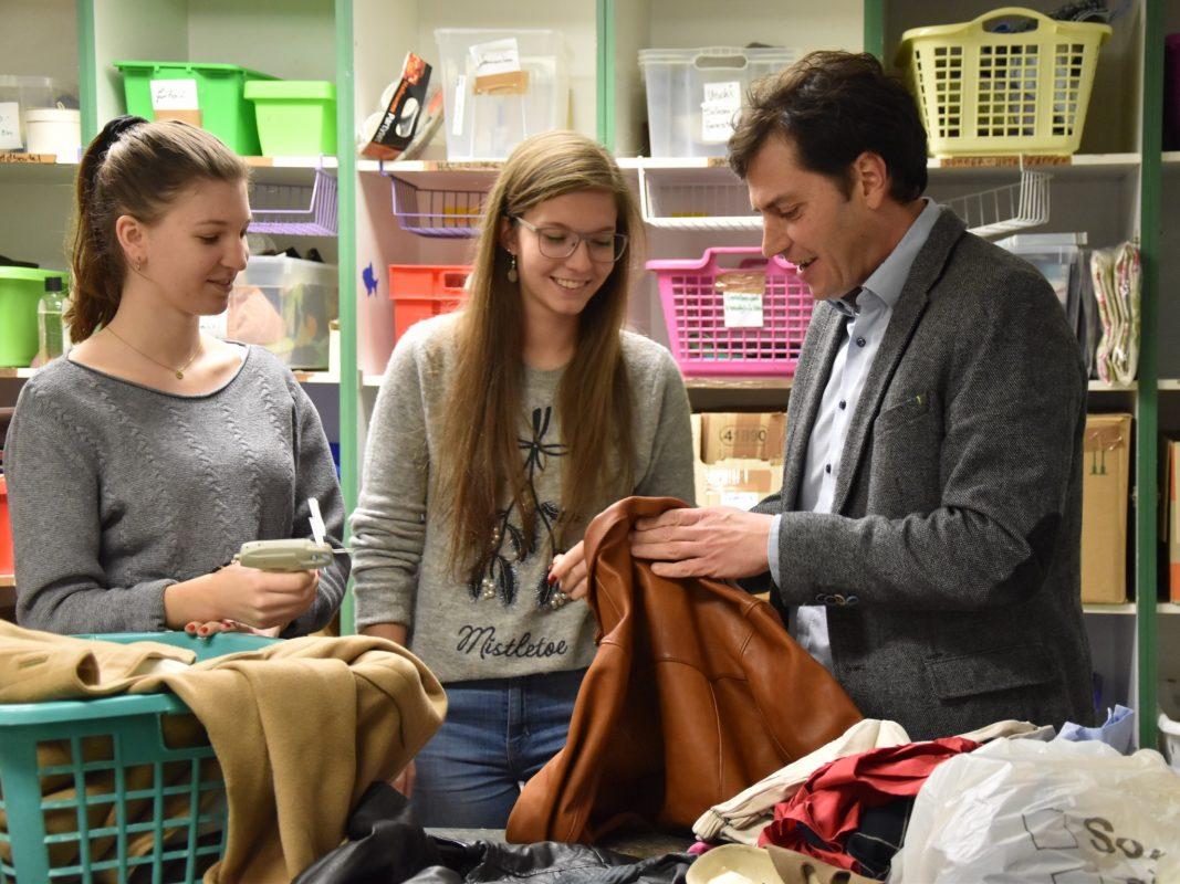 Die Studentinnen Lisa und Jessica im Sozialkaufhaus Brauchbar. Foto: Sozialkaufhaus Brauchbar