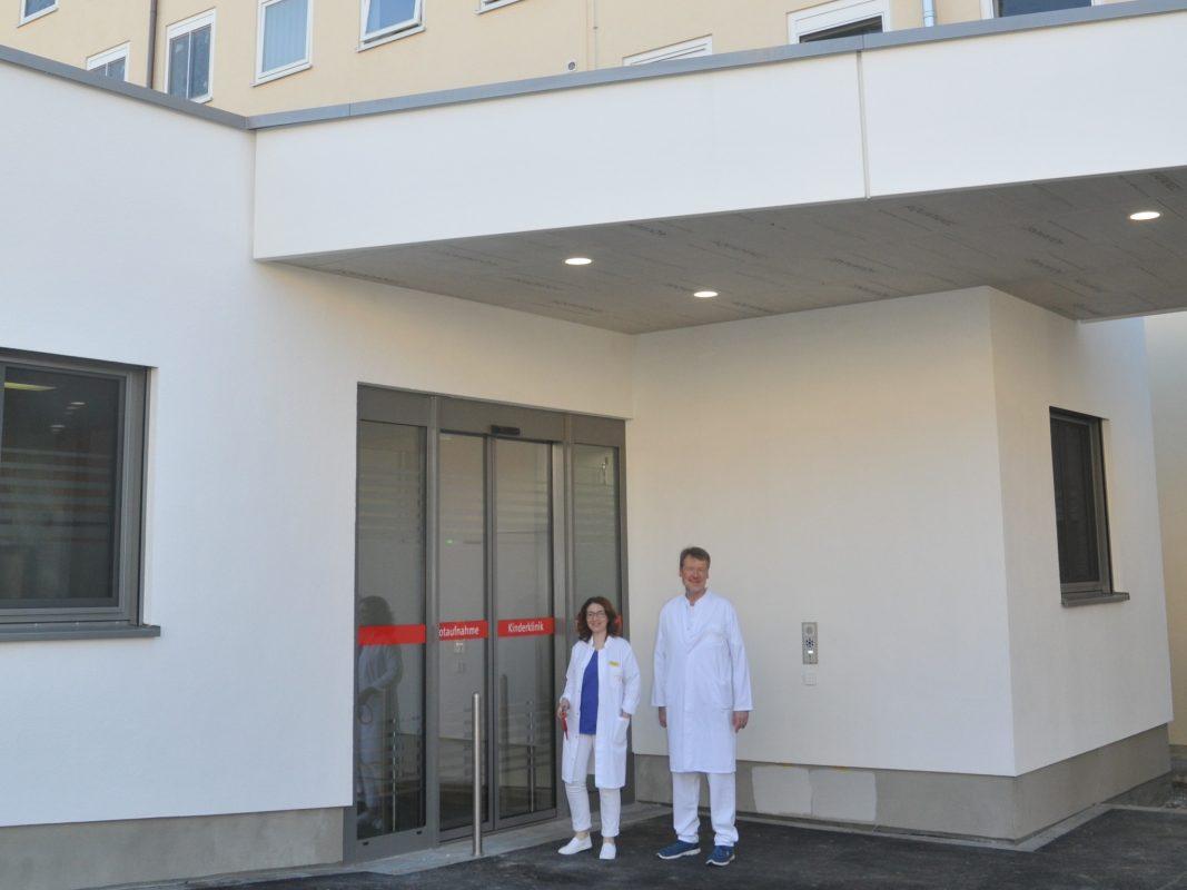 Die neue Notaufnahme liegt unmittelbar vor dem bestehenden Gebäude D13. Leiterin Priv.-Doz. Dr. Kirsten Glaser und Leitender Oberarzt der KInderklinik, Prof. Dr. Johannes Wirbelauer. Foto: Mathias Emmert/UKW