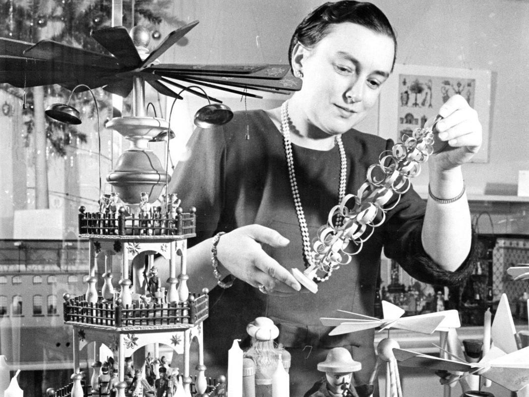 """Lydia Bayer jun. präsentiert Exponate der Ausstellung """"Holzspielzeug unterm Weihnachtsbaum"""", Dezember 1963. Bild: Spielzeugmuseum Nürnberg, Nachlass Dr. Lydia Bayer"""