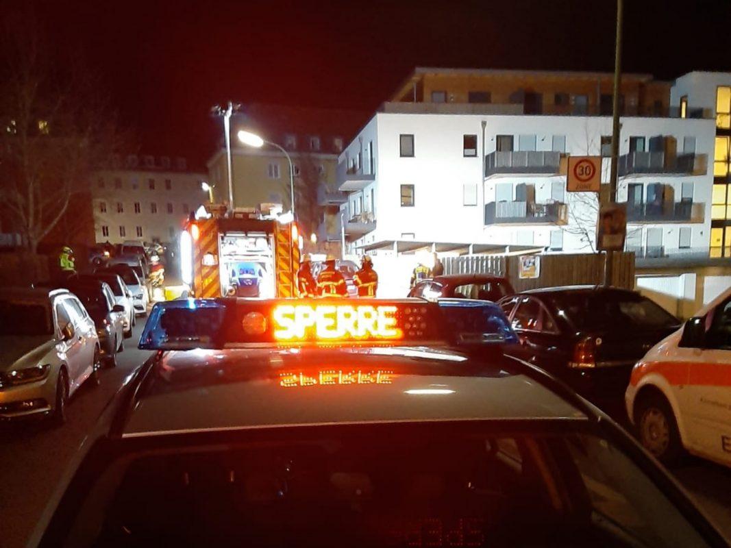 Am Samstagabend ist es nach dem Fund einer zunächst undefinierbaren Flüssigkeit in einem Kellerabteil zu einem gemeinsamen Einsatz von Polizei, Feuerwehr und Rettungsdienst gekommen. Foto: BRK